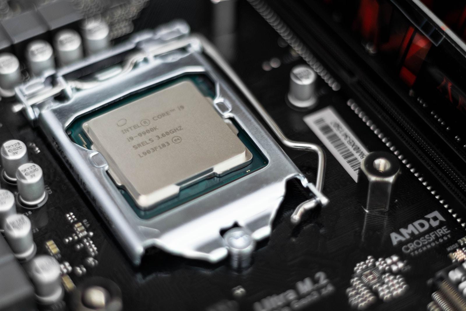 Intel Prozessor processor on black motherboard core i9 9900k