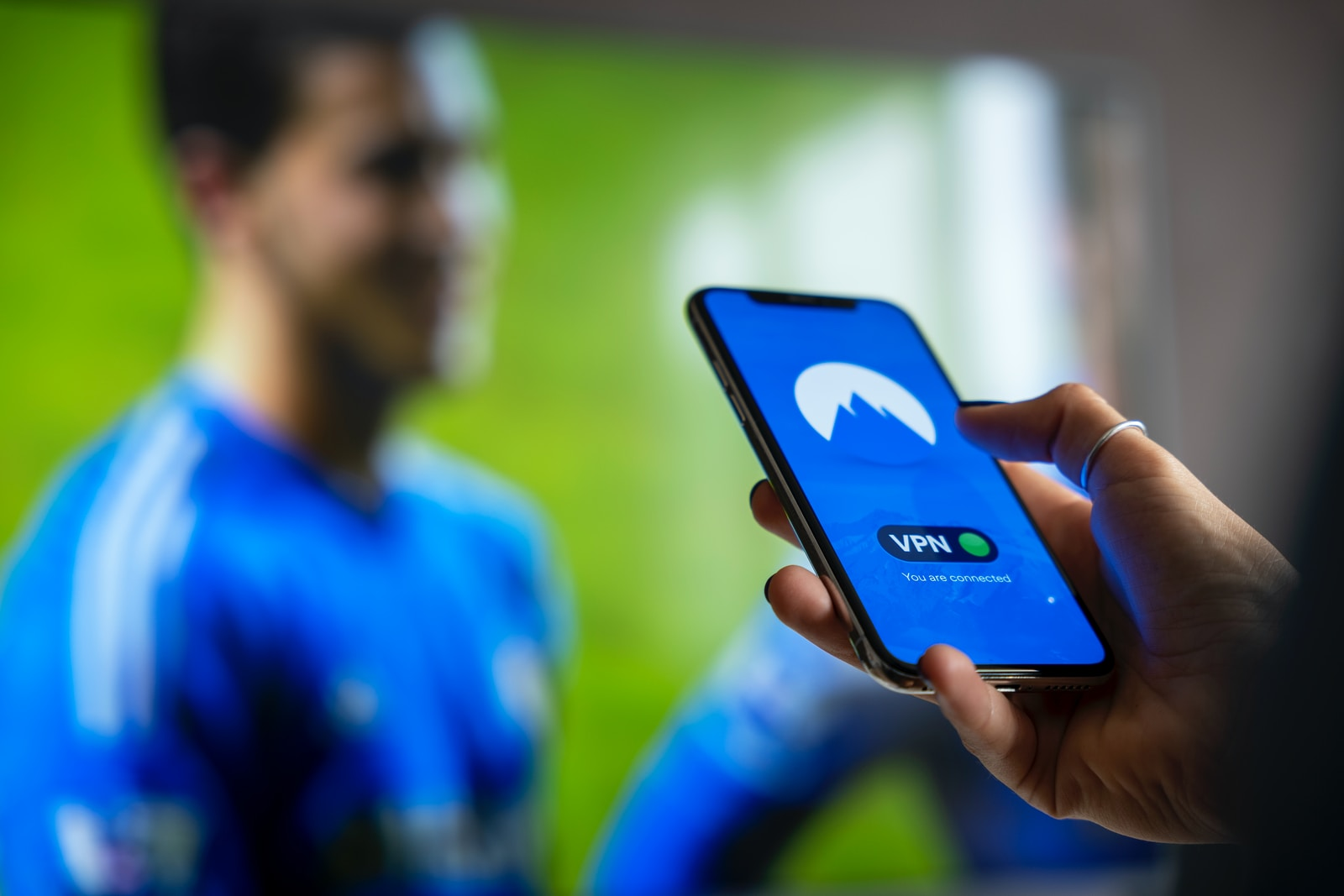 Sicherheit WLAN vpn WiFi man in blue and white crew neck shirt holding black smartphone you are connected
